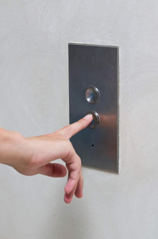 В доме на Мусоргского починили кнопку вызова лифта