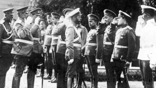 Император Николай II обходит строй офицеров — выпускников Севастопольской офицерской школы авиации
