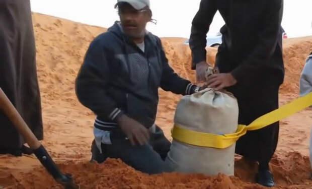 Вытаскиваем машину из грязи с помощью мешка с песком. Арабский способ борьбы с бездорожьем
