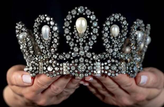 Тиару итальянских монархов продали в Женеве за рекордную сумму