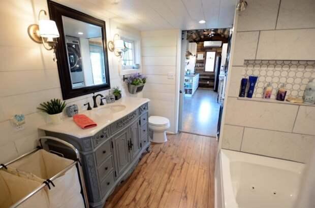 Шари занималась дизайном интерьера, ей удалось разместить в небольшом пространстве два телевизора, сушильную машину и даже полноразмерную гидромассажную ванну дом, жилье, идея, строитель, трейлер, фото