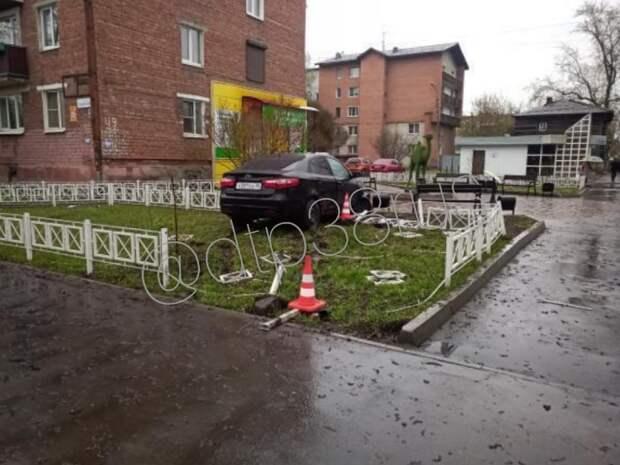"""Водитель иномарки снес ограждение возле скульптуры """"Верблюжонок"""" в Иркутске"""