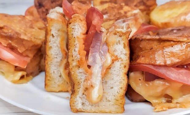 Сытный завтрак за 7 минут: надрезаем багет и жарим с сыром