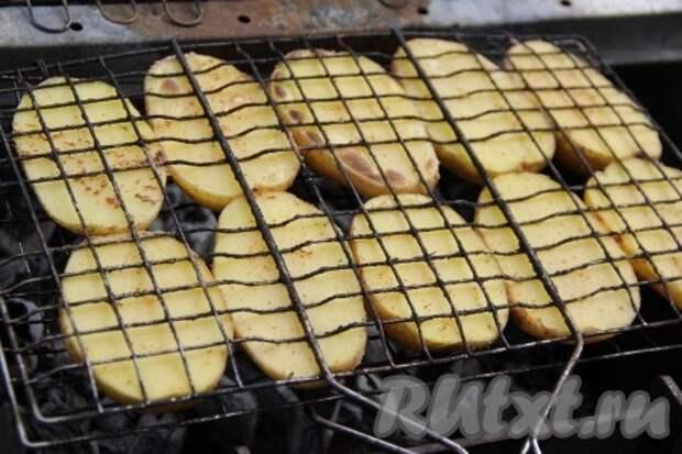 Картошка на решётке на мангале