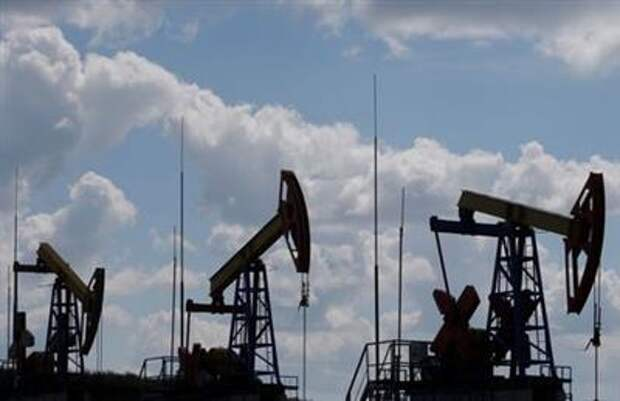 Pump jacks are seen at the Ashalchinskoye oil field owned by Russia's oil producer Tatneft near Almetyevsk, in the Republic of Tatarstan, Russia, July 27, 2017. Picture taken July 27, 2017. REUTERS/Sergei Karpukhin