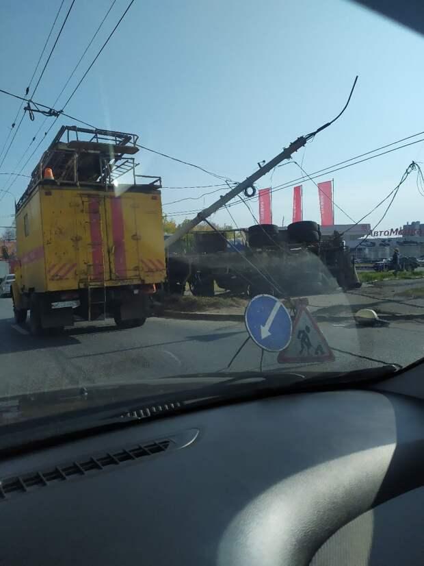 На улице Орджоникидзе в Ижевске опрокинулась бетономешалка