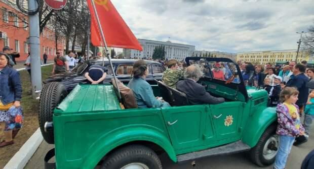 На Театралке прошла выставка ретро-автомобилей