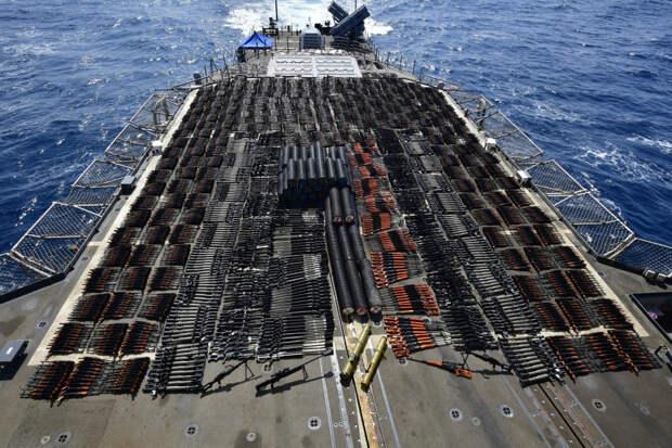 """Крейсер """"Монтерей"""" перехватил большую партию оружия в Аравийском море"""