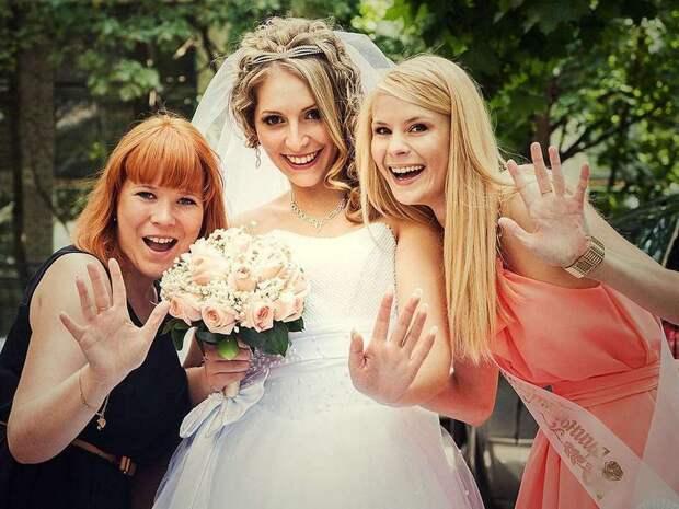 """Невеста попросила подружку обрезать волосы, чтобы """"сыграть на контрасте"""""""