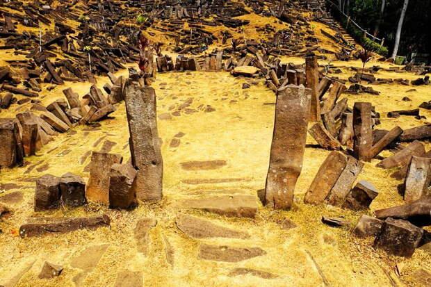 Территория Гунунг Паданг покрыта массивными прямоугольными камнями вулканического происхождения