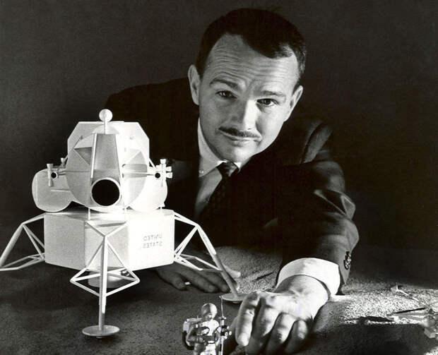 Юджин Шумейкер просматривает модель лунного корабля собственного изготовления.