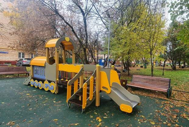 На Кашенкином Лугу обновили детскую площадку