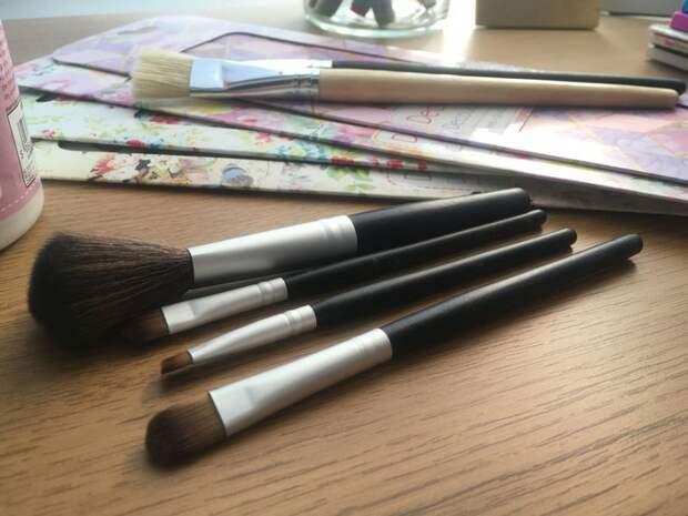 Как самостоятельно украсить кисти для макияжа стильным рисунком