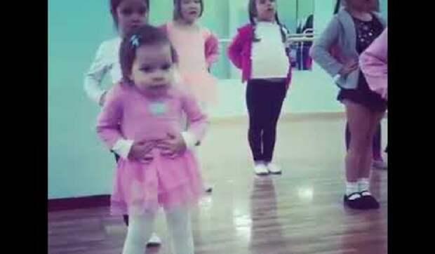 Когда твой танец лучше всех. Малышка выдала на уроке танцев