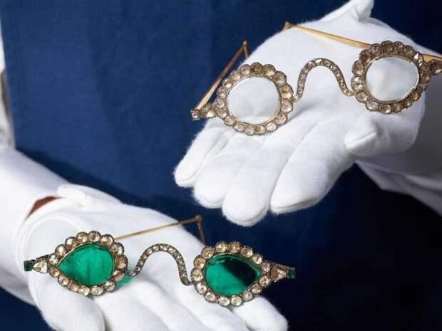 Sotheby's продаст с молотка пару очков с алмазными и изумрудными линзами, которые оцениваются примерно в $3 млн