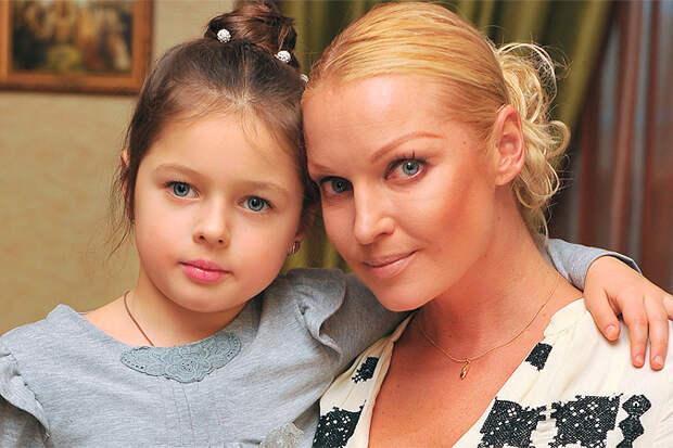 Дочь Волочковой рыдала маме в трубку и «сбежала» из лагеря «Артек»
