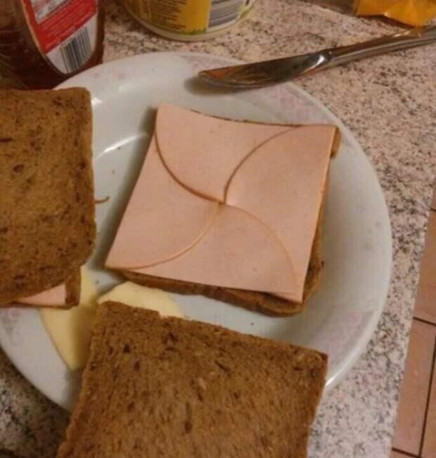 хлеб с колбасой на тарелке