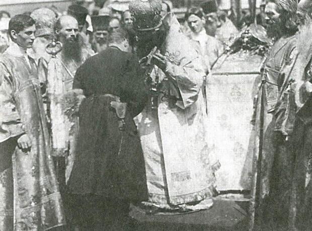 Генерал А. Шкуро, прибывший в Харьков, прикладывается к кресту, лето 1919 года.