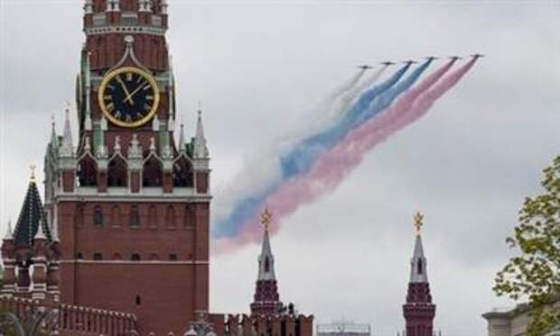 Russian Su-25 jet aircraft release smoke in the colours of the Russian state flag above the Kremlin Wall and the State Historical Museum during a flypast, which is part of a parade on Victory Day marking the 76th anniversary of the victory over Nazi Germany in World War Two, in central Moscow, Russia May 9, 2021. REUTERS/Shamil Zhumatov