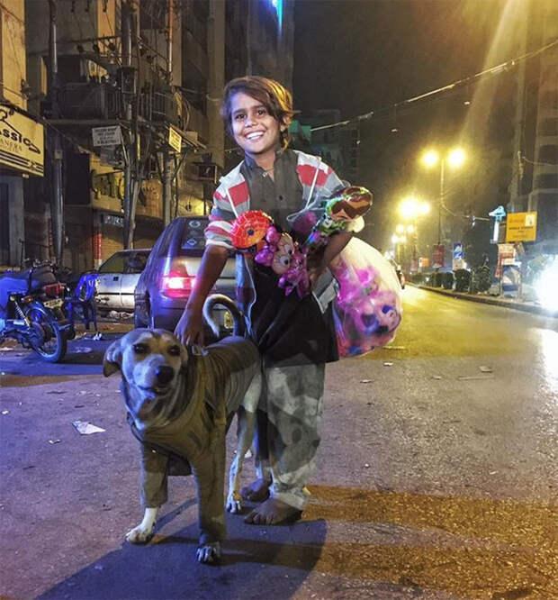 Этот босой мальчишка отдал бездомной собаке свою куртку, чтобы та не замерзла Счастливый конец, животные, спасение