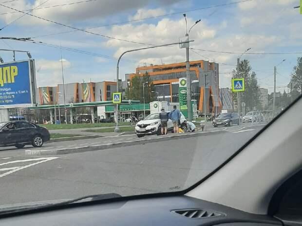 «Лежит, встать не может». Самокатчик угодил под машину на «зебре» на Северной площади
