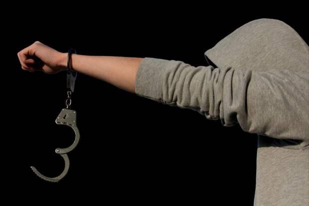 Полицейские задержали неадекватного пассажира с ножом на станции метро «Аэропорт»