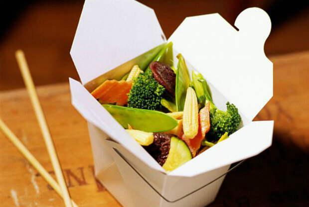 Еду на вынос чаще всего упаковывают в контейнеры из пенополистирола, которые отлично сохраняют тепло, однако под воздействием микроволн они выделяют вредные химические вещества, опасные для здоровья человека.