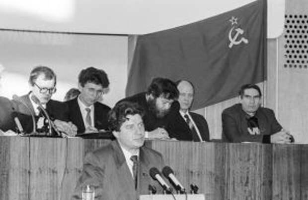 Второй этап шестого чрезвычайного Съезда группы бывших народных депутатов СССР. На фото: Виктор Алкснис во время выступления, 1992 год