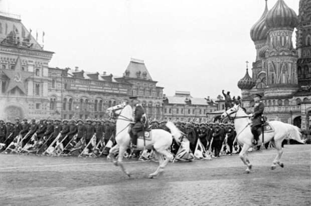 Памятные кадры с легендарного Парада Победы 1945 года