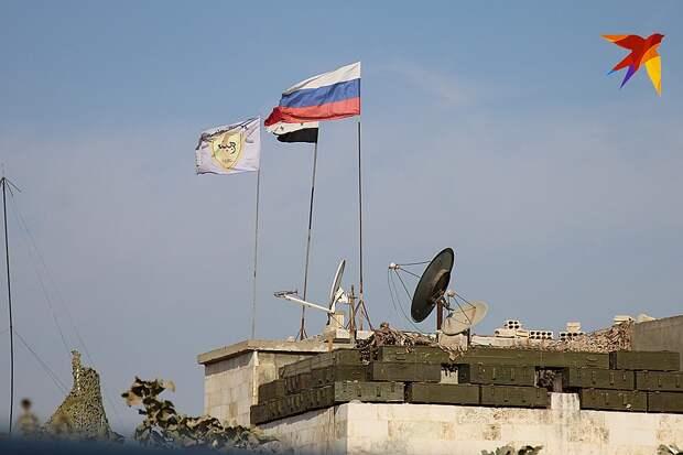 Сирийский и российский флаги над городом Кобани Фото: Александр КОЦ