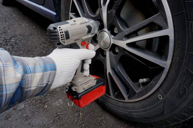 Почему аккумуляторный гайковерт не может открутить колесо