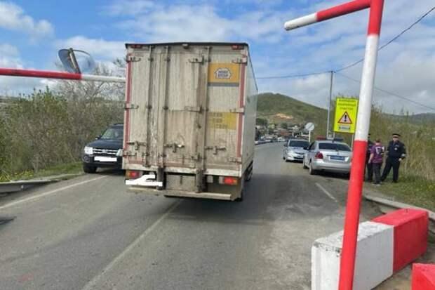 Две фуры снесли ограничители на аварийном мосту в Артеме, с ними разбирается ГИБДД