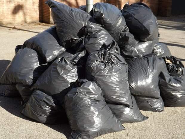 Уборка мусора у дома на Большой Академической проводится ежедневно — «Жилищник»