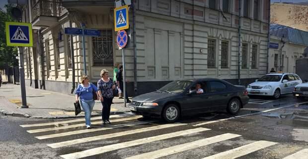 В Тверской области женщшина попала под машину и отделалась ушибом