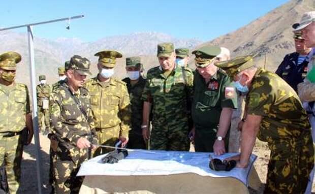 На фото: осмотр таджикско-афганской границы оперативной группой Организации договора о коллективной безопасности