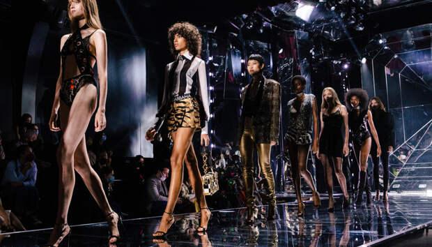 Нижнее белье напоказ, разноцветные стразы и футболки с Дженнифер Лопес: Dolce & Gabbana тоже соскучились по нулевым