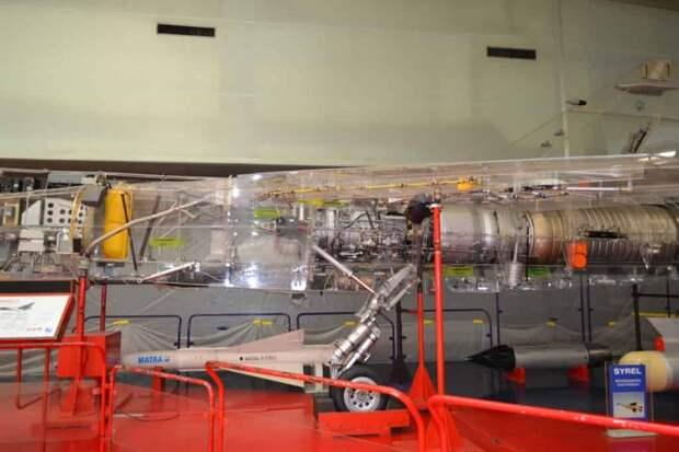 Средняя и отъемная (при демонтаже двигателя) хвостовая части фюзеляжа с ТРДФ SNECMA Atar 9K50, проводкой управления рулем направления и дифференциально-отклоняемым цельноповоротным стабилизатором. На фото видна также основная опора шасси