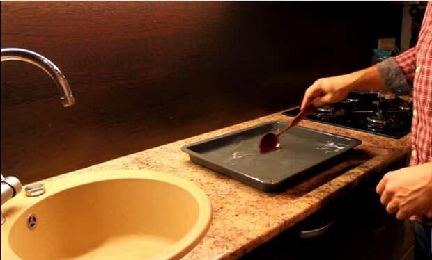 В воду необходимо насыпать лимонную кислоту.
