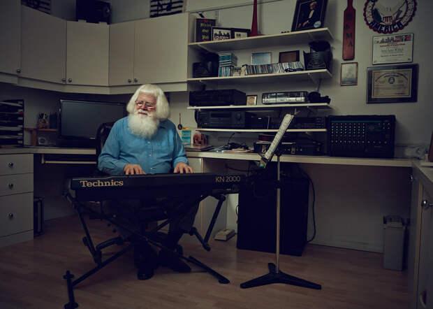 5 фото о том, чем занимается Санта в остальное время года