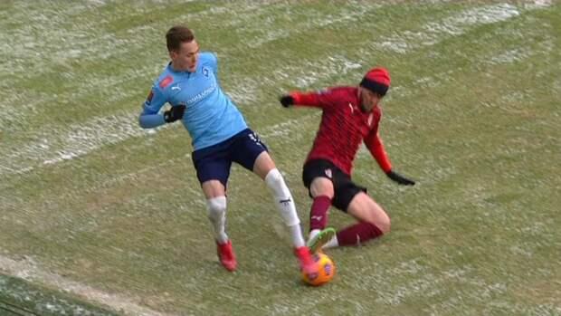 Почему Вилков отменил красную карточку Мирзову после прыжка в ноги сопернику: разбираем эпизод