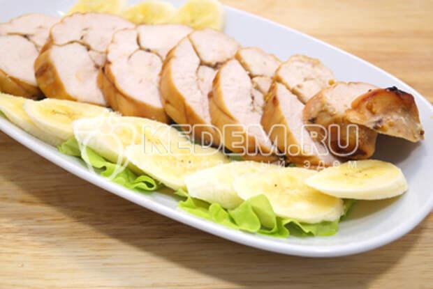 Холодную пастрому нарезать ломтиками выложить на блюдо с листьями салата и кусочками банана.