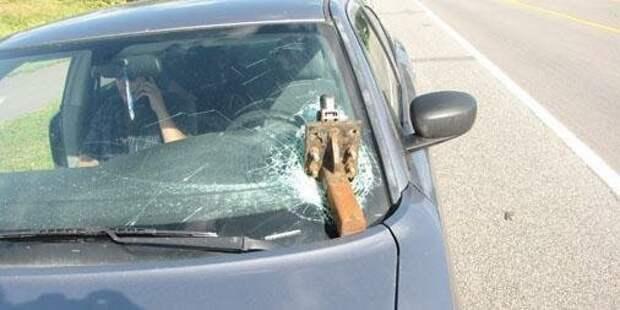 Лобовое стекло этого автомобиля остановило оторвавшийся фаркоп, едущего впереди трейлера авто, в мире, дорога, за рулем, опасно, подборка, прилетело