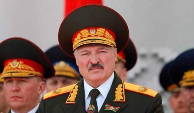 Лукашенко заявил о готовности защищать Белоруссию на танке и с автоматом в руках