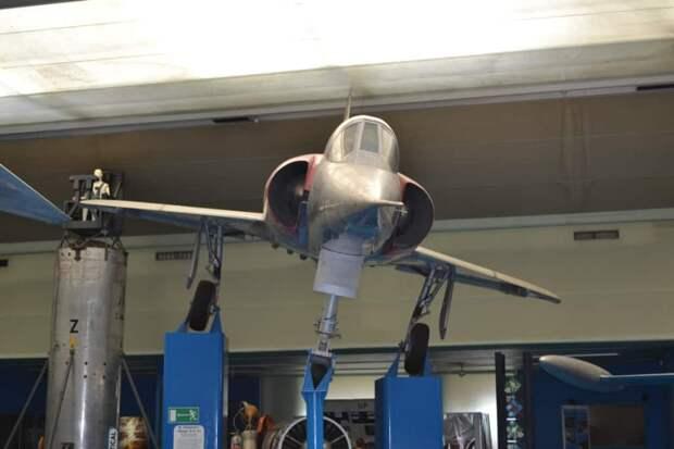 Стремительный красавец «Мираж» III внезапно появился на рубеже 60-х годов и сразу приковал к себе внимание и специалистов-профессионалов и любителей авиации. Но он оказался силен не только эстетичным видом