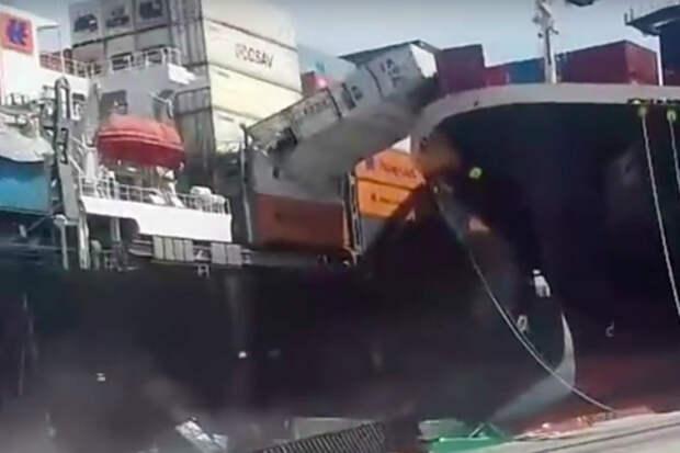 Столкновение двух гигантских грузовозов снял на видео случайный рабочий