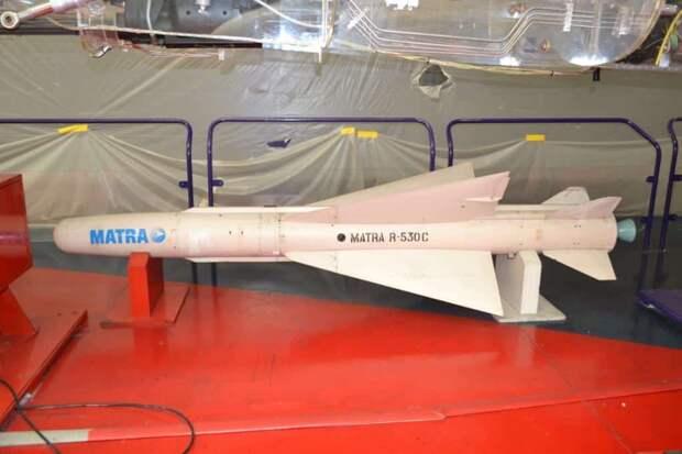Основным вооружением истребителя «Мираж» F1C были ракеты ближнего боя Matra R.550 Magic, но самолет мог также нести и ракеты воздух-воздух средней дальности R.530C. Теоретически ею можно было сбить воздушную цель c расстояния от 2,5 до 20 км вне зависимости от ракурса атаки. Охлаждаемая тепловая головка самонаведения это вроде бы позволяла