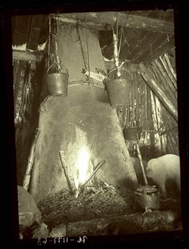 Чувал это обычно пристенный открытый очаг из брёвен или камней, обмазанных глиной, с нависающим дымоходом.
