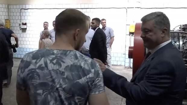 Грубый Порошенко нахамил журналисту и выхватил у него микрофон (ВИДЕО)