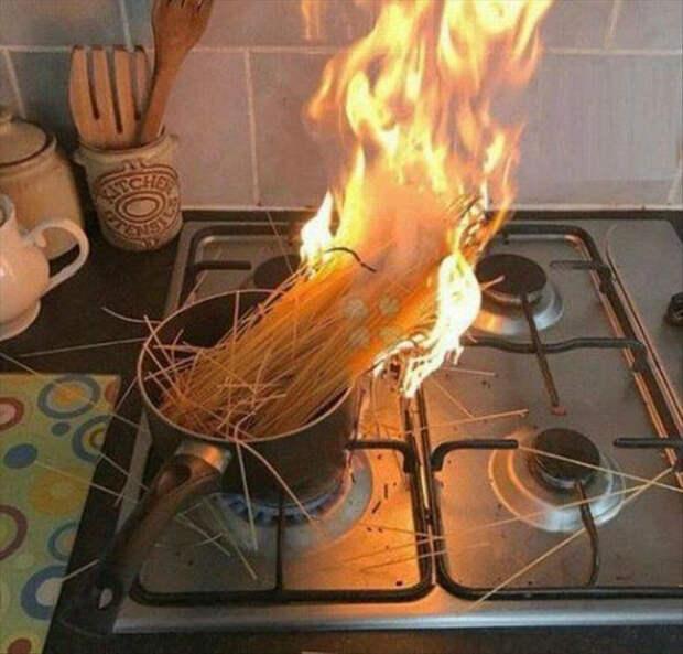 Редакция Novate.ru спешит сообщить, спагетти так не готовят! | Фото: Meme Guy.