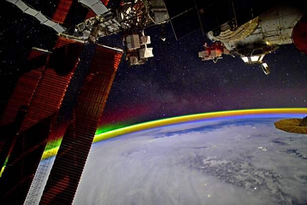 Космонавт снял на видео северное сияние